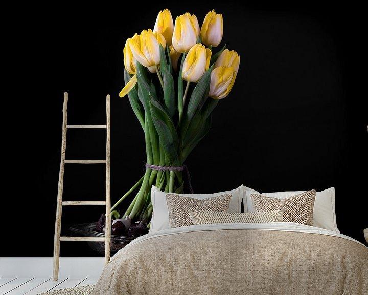 Sfeerimpressie behang: Bloeiend boeket gele tulpenbollen van Atelier Liesjes