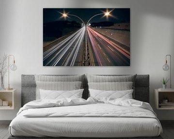 Autobahn bei Nacht mit langer Verschlusszeit