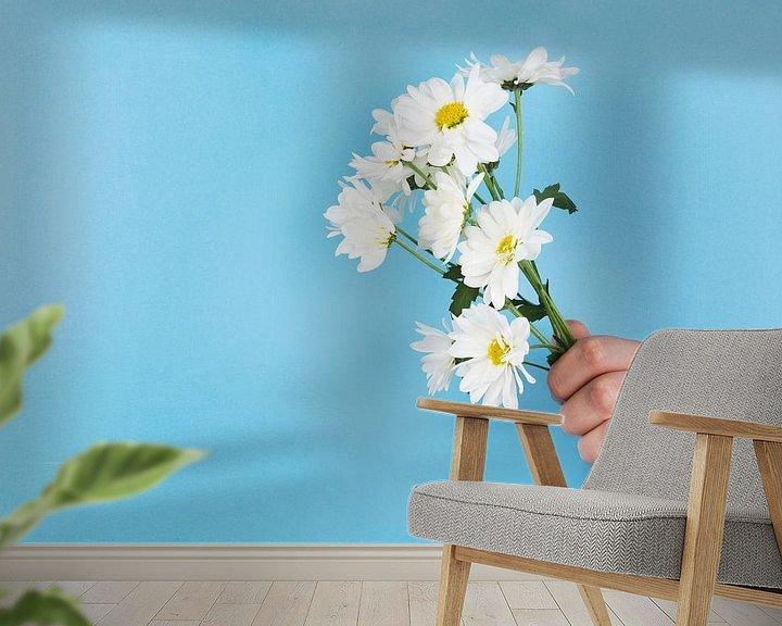 Impression: Bouquet de marguerites ou marguerites coincées dans un mur bleu sur Atelier Liesjes