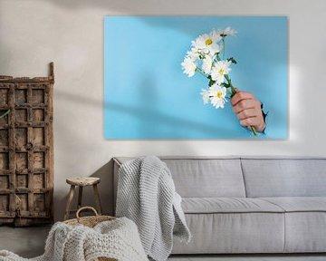 Strauß von Gänseblümchen oder Gänseblümchen, die durch eine blaue Wand geklebt sind von Atelier Liesjes