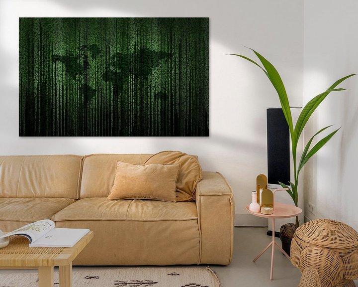 Beispiel: Matrixcode auf einem Bildschirm mit der Erde im Hintergrund von Atelier Liesjes