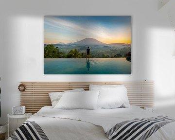 Vulkaan uitzicht over de rijstvelden in Sideman Bali - Indonesie van Michiel Ton
