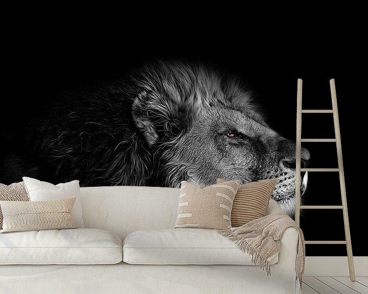 Beispiel fototapete: The eye of the Lion - Löwenkopf in Schwarz-Weiß mit leuchtend gelben Augen von Atelier Liesjes