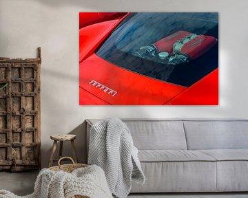 Moteur Ferrari V8 visible à travers la vitre arrière d'une voiture de sport Ferrari 458 Italia rouge sur Sjoerd van der Wal