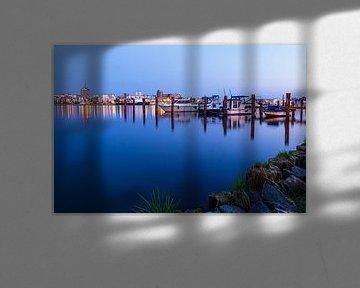 Blick über die Warnow auf die Stadt Rostock am Abend von Rico Ködder