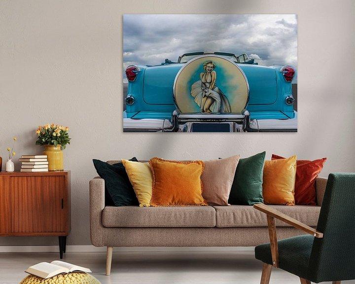 Sfeerimpressie: Klassieke Amerikaanse auto met portret van Marilyn Monroe van mike van schoonderwalt