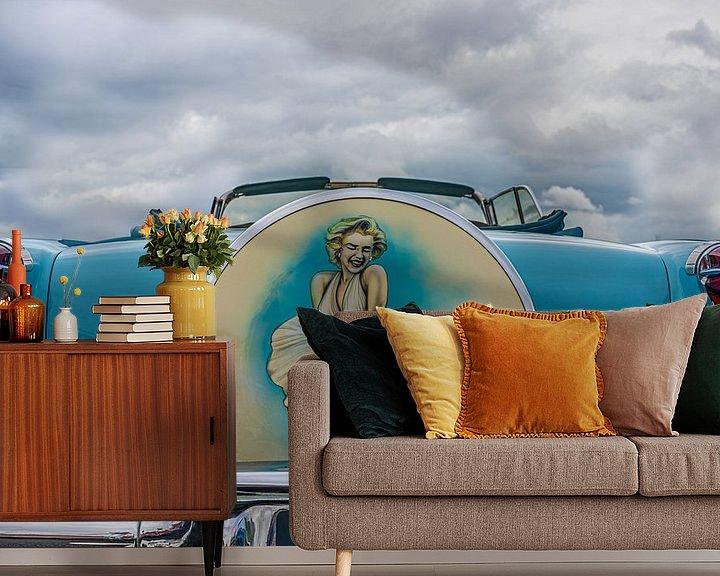 Sfeerimpressie behang: Klassieke Amerikaanse auto met portret van Marilyn Monroe van mike van schoonderwalt