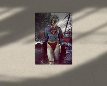 Blondes Supergirl-Kosplay-Modell in dramatischer Umgebung von Atelier Liesjes