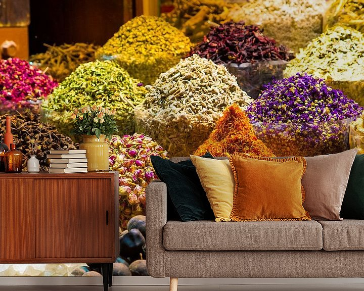 Sfeerimpressie behang: Dubai spice souk, kruidenmarkt Dubai, kleurrijke kruiden van Sjoerd Tullenaar