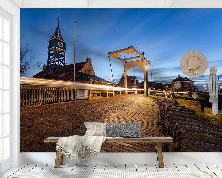 Sfeerimpressie behang: Brug  met sluiswachter woning  in Hindeloopen van Fotografiecor .nl