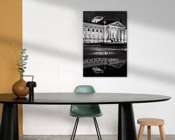 Reichstag gebouw met reflectie in een plas