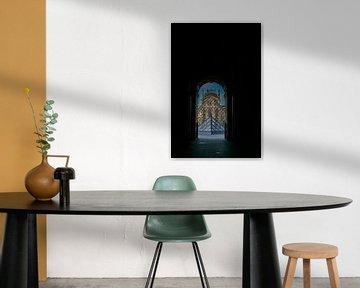 doorkijkje op de glazen piramide van het louvre in parijs van Eric van Nieuwland