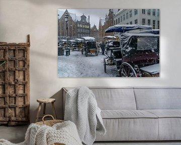 Besneeuwde koetsen in Brugge van Mickéle Godderis