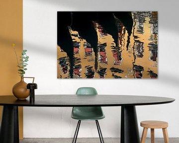 Venezianische Gondeln spiegeln sich im Wasser von Andreas Müller