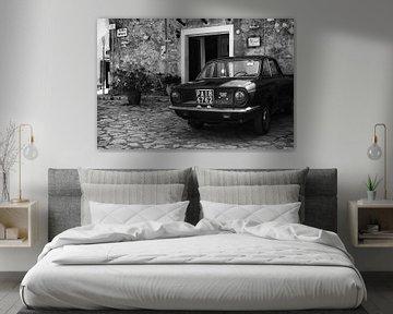 Alter FIAT 850-Oldtimer auf einem Platz in Italien in schwarz-weiß von iPics Photography