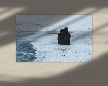 Rots in branding op Reynisfjara Black Sand Beach in Ijsland
