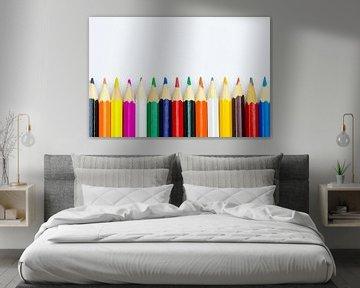 Kleurpotloden in een rij op een witte achtergrond van Dennis  Georgiev