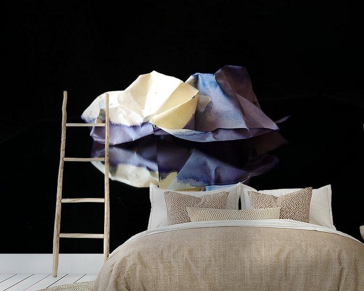 Sfeerimpressie behang: Gespiegelde paarse prop papier van Birdy May