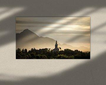 Zonsopkomst boven Buksnes kerk, Ballstad, Lofoten, Noorwegen van Floris Heuer