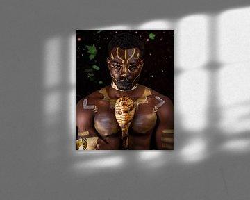 Man met Afrikaanse bodypaint van tribale tekeningen van Atelier Liesjes