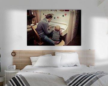 Vater und Sohn spielen Klavier von Kim Groenendal