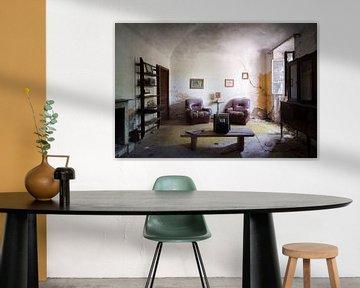 Verlassenes Wohnzimmer in Verfall. von Roman Robroek