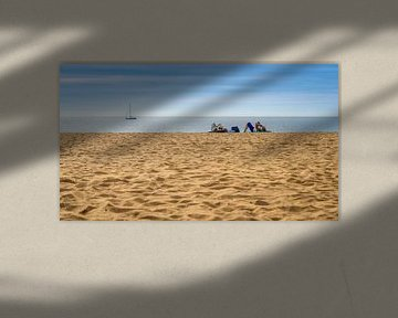 Liggend op een leeg strand van Urban Photo Lab