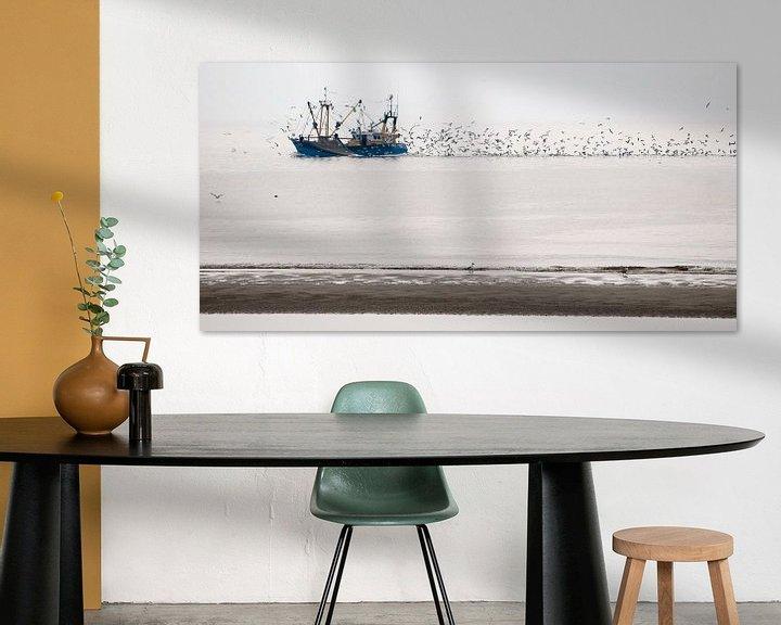 Sfeerimpressie: Vissersboot op de Waddenzee bij Texel, met zwermen meeuwen  van Margo Schoote