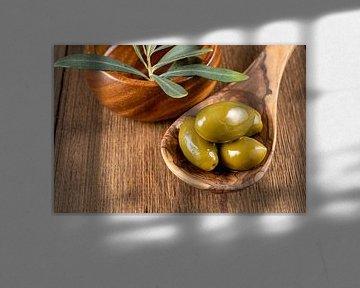 Groene olijven op een houten lepel van PhotoArt Thomas Klee