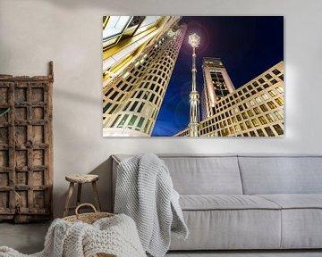 Een lantaarn tussen de wolkenkrabbers op de Berlijnse Breitscheidplatz van Frank Herrmann