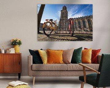 Twee fietsen bij een leeg plein in Deventer