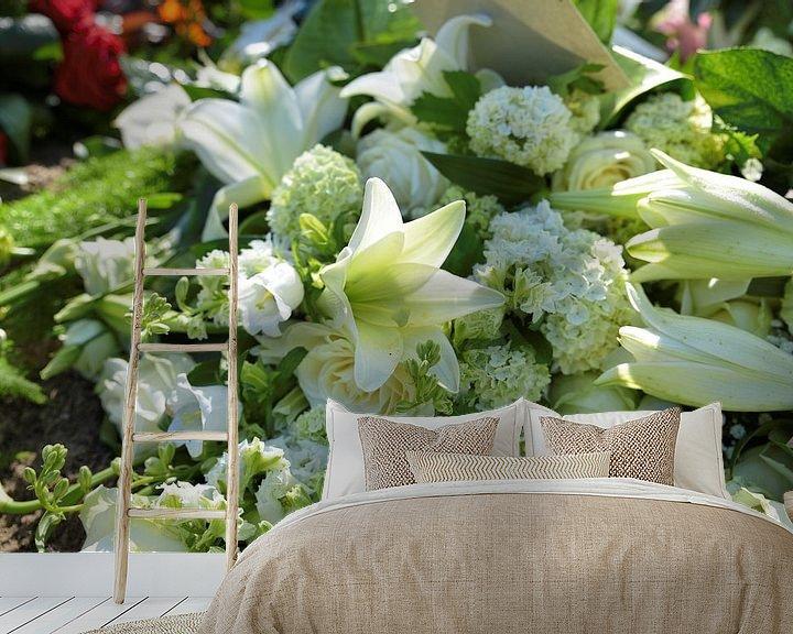 Sfeerimpressie behang: rouwstuk voor begrafenis met iris en lelie in wit van Compuinfoto .