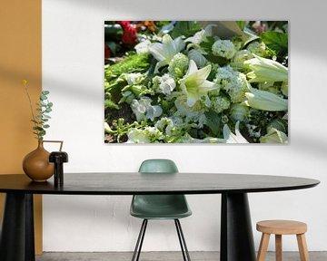 rouwstuk voor begrafenis met iris en lelie in wit