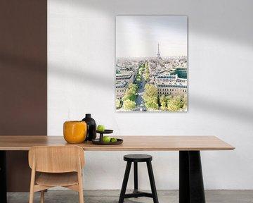 Uitzicht van de Eiffeltoren vanaf de Arc de Triomphe in Parijs, Frankrijk van Michelle Wever