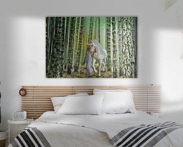 Prinzessin mit Einhorn beim Waldspaziergang