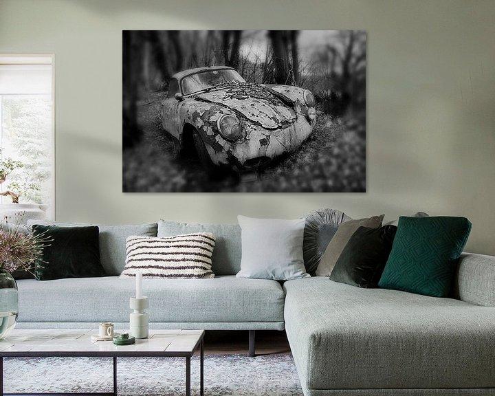 Beispiel: Altes verlassenes rostiges Porsche-Coupé im Wald in einfarbiger Ausführung von Atelier Liesjes