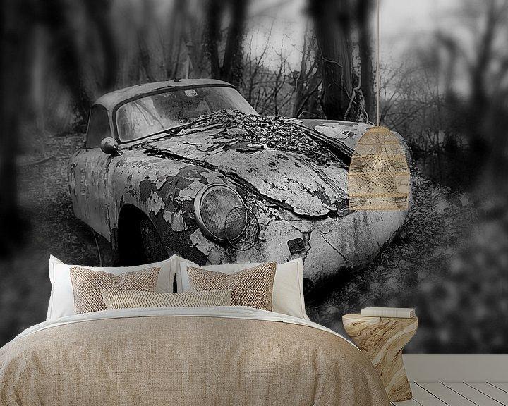 Beispiel fototapete: Altes verlassenes rostiges Porsche-Coupé im Wald in einfarbiger Ausführung von Atelier Liesjes