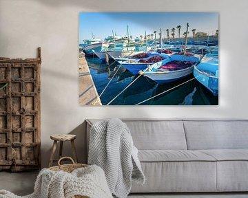 Veel vissersboten liggen in de haven bij de stad Hurghada in Egypte van Ben Schonewille