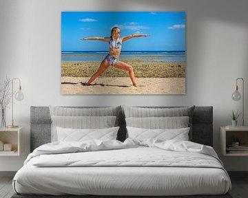 Junge Niederländerin im Bikini praktiziert Yoga am Strand von Hurghada in Ägypten von Ben Schonewille