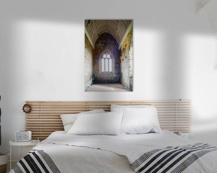 Sfeerimpressie: Ruïne van kerkgebouw met tortelduifjes van Anneke Hooijer
