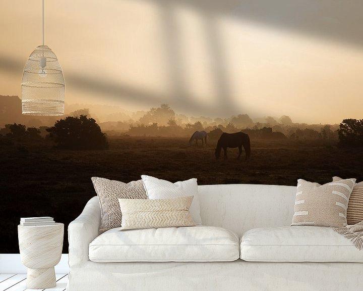 Sfeerimpressie behang: Paardjes in het gouden licht. van Anneke Hooijer