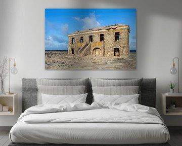 Oud vervallen historisch gebouw als ruïne aan de kust van Bonaire van Ben Schonewille