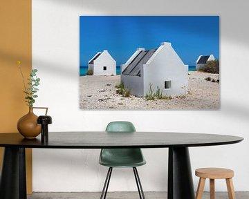 Weiße Sklavenhäuser am blauen Meer an der Küste der Insel Bonaire von Ben Schonewille