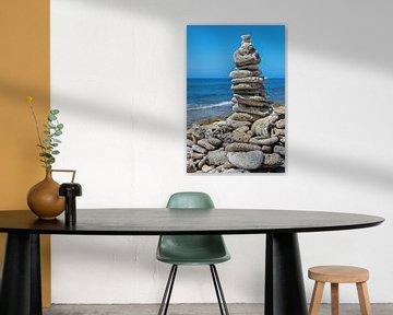 Gestapelde stenen als symbool op strand bij zee op eiland Bonaire van Ben Schonewille