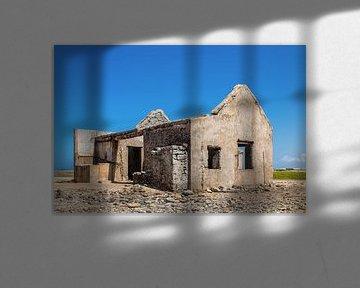 Altes historisches Haus als Ruine an der Küste der Insel Bonaire von Ben Schonewille