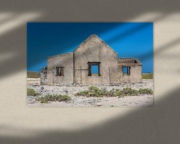 Voorzijde van oud historisch huis als ruïne aan kust van het eiland Bonaire van Ben Schonewille