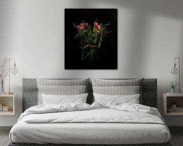 stilleven van een vaas met rood paarse tulpen