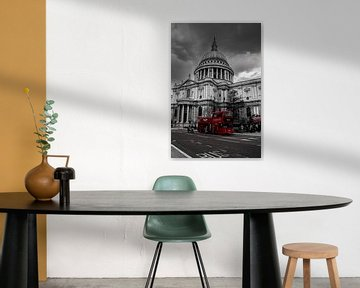 Roter Bus an der St. Paul's-Kathedrale, London von Nynke Altenburg