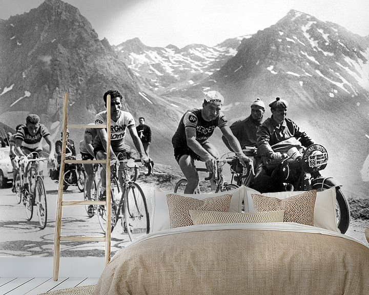 Sfeerimpressie behang: Tour de France 1963: Anquetil, Bahamontes en Poulidor van Bridgeman Images