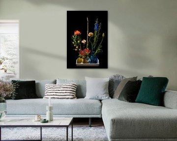 Strauß verschiedenfarbiger Blumen in gelben und blauen Vasen